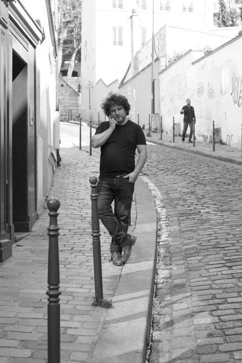 Alexandros Rallis devant sa boutique
