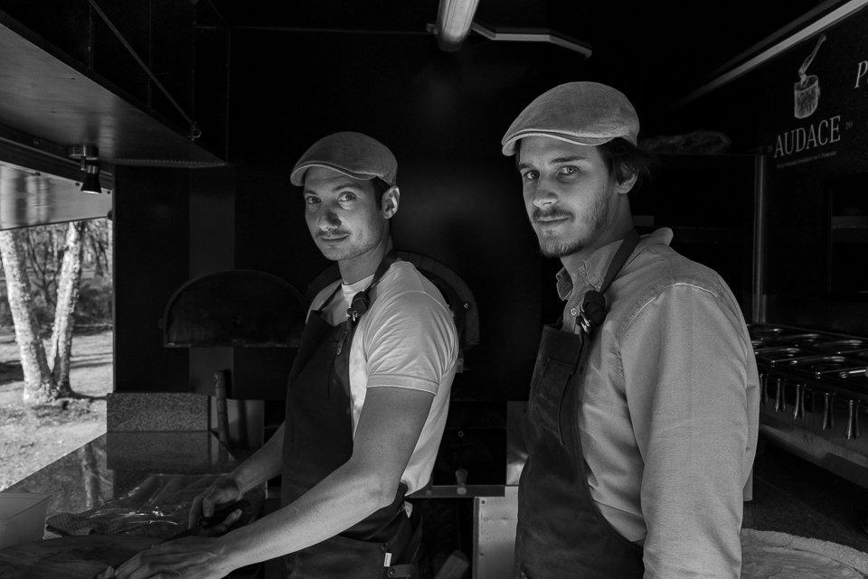 cuisiniers dans food truck pizza