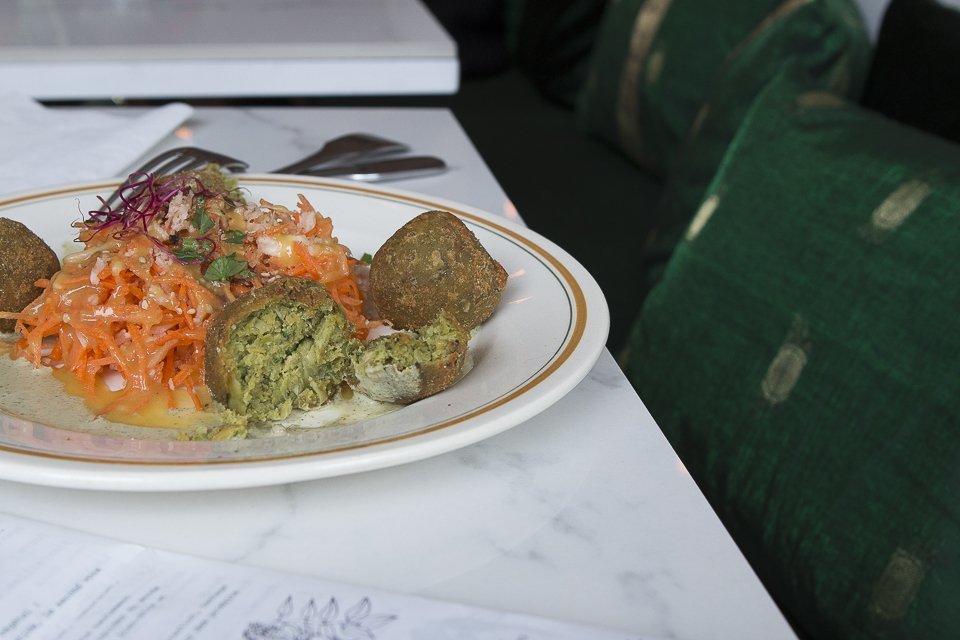 assiette végétarienne de boulettes de légumes