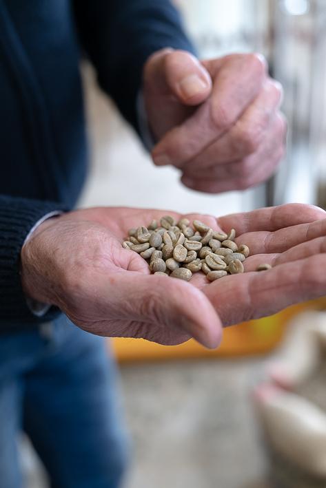 poignée de grains de cafe
