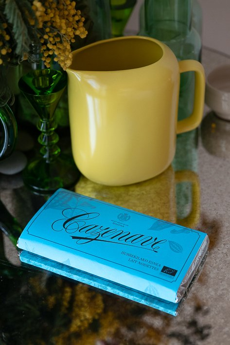 tablette bleue de chocolat noisettes