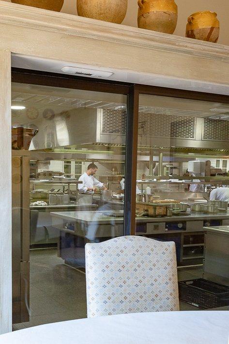 cuisine vue de la table du chef