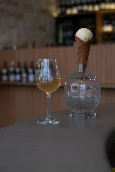 cornet de glace et bouteille