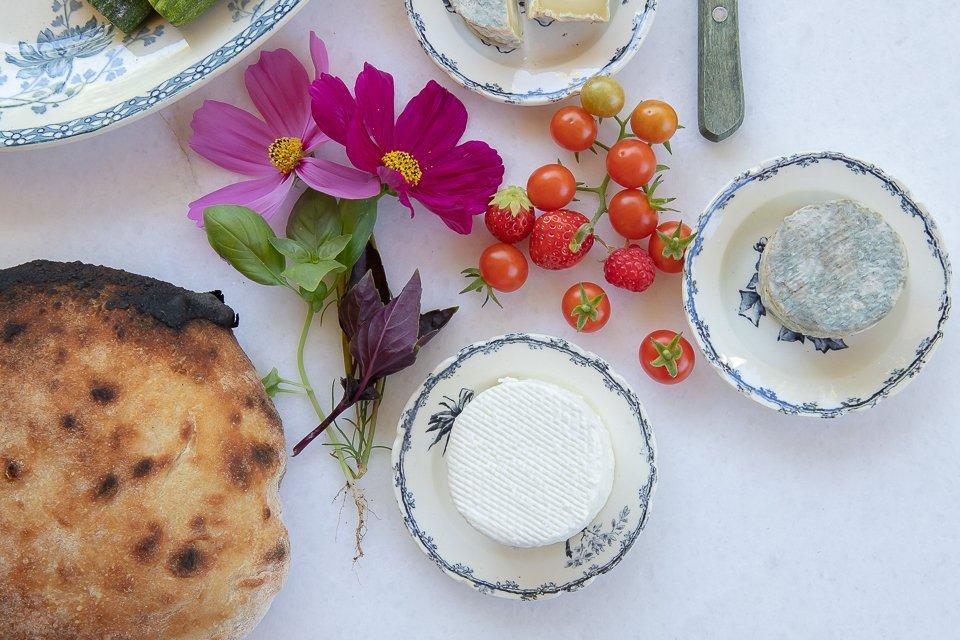 fromages tomates pain et fleurs
