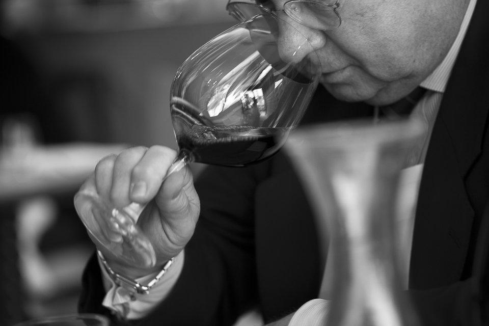 homme teste vin