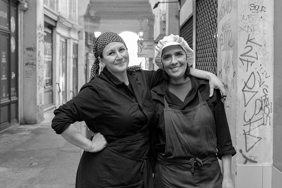 cuisinières devant leur restaurant
