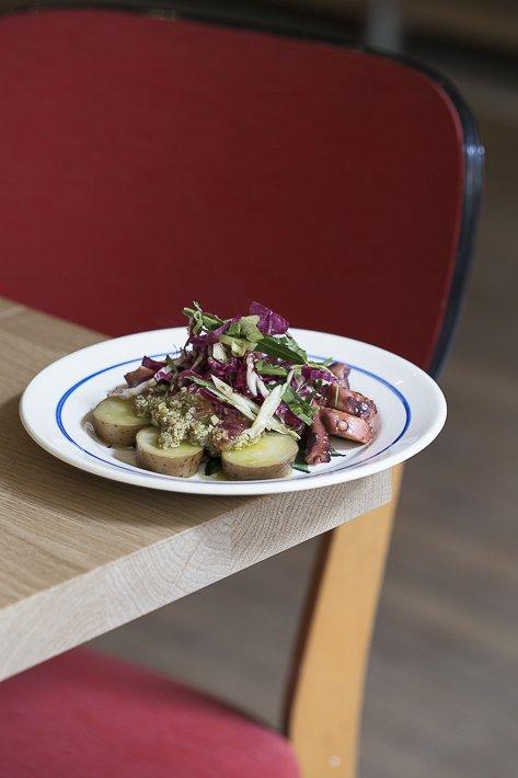 assiette de pommes de terre et poulpe