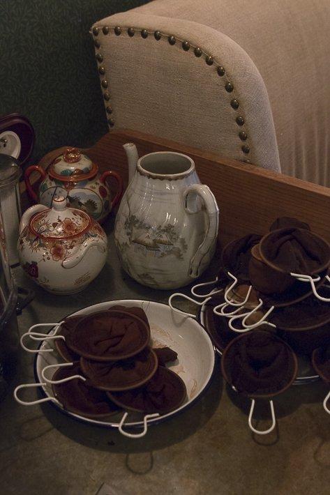 préparation du thé avec passoires