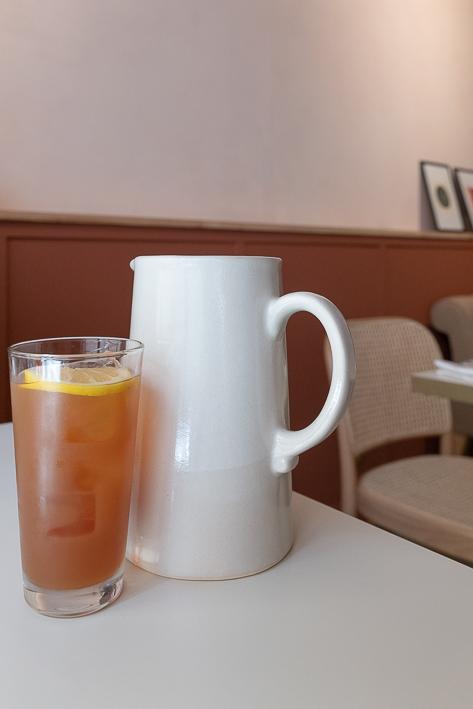 thé maison et carafe d'eau