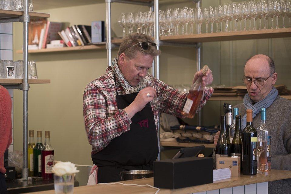 Sébastien Demorand goute le vin