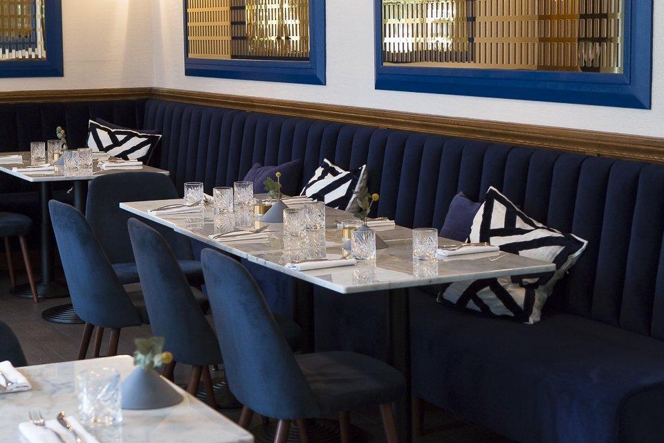 sieges bleus du restaurant Sourire