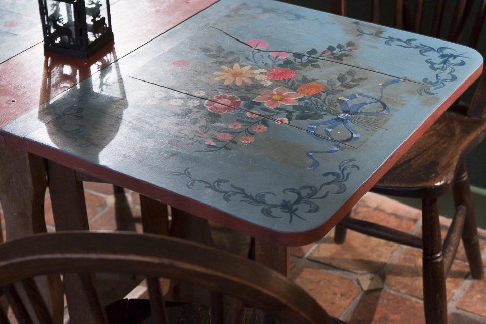 table en bois décorée de fleurs peintes
