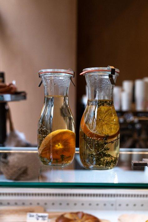 bouteille transparente avec tisane