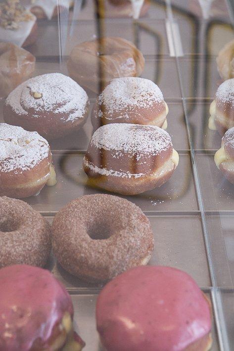 vitrine de boneshaker donuts à Paris